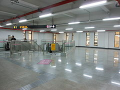 Jinshajiang Road Station Transfer Passage.JPG