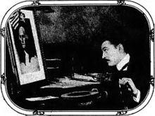 Barrymore zittend aan een bureau in het profiel, op zoek naar een foto van George Washington