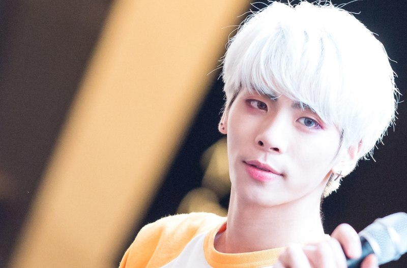File:Jonghyun at a fansign at IFC Mall in Yeouido, May 2015 05.jpg