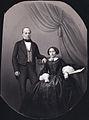 Kabinettsporträtt i helfigur. En man och en kvinna, kvinnan sittande, i dräkt som tyder på ca. 1860 - Nordiska Museet - NMA.0060795.jpg