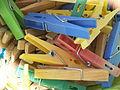 Kleurrijke wasknijpers.JPG