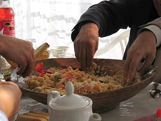 Tajik cuisine - Eating qurutob the traditional way: with one's hands