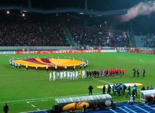 Come parte del cerimoniale che precede tutte le sfide di Europa League, è presente il logo della manifestazione al centro del campo.