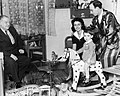 Latabár Kálmán színművész és felesége, előttük kislányuk, balra édesapja, id. Latabár Árpád színművész. Fortepan 52433.jpg