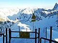 Le point de depart des alpinistes ou skieurs qui descendent la vallee blanche - panoramio.jpg