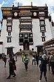 Lhasa-Potala-52-Klosterhof-2014-gje.jpg
