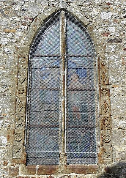 Église Notre-Dame de Livré-sur-Changeon (35). Fenêtre renaissance de la première chapelle méridionale, protegée par un treillis métallique.