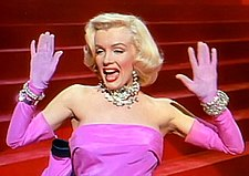 "Interpretando ""Diamonds Are a Girl's Best Friend"" no musical, Gentlemen Prefer Blondes (1953)"