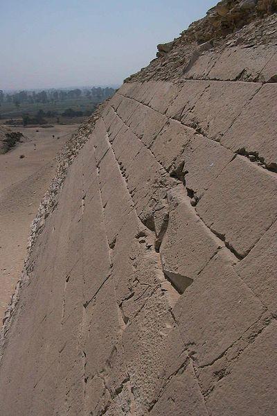 File:Meidum Pyramide Fassadendetail.jpg