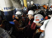 Picture of the first rescuer with the Chilean President and fellow rescue workers before entering the rescue capsuleále