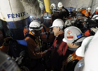 2010 Copiapó mining accident - Manuel González, the first rescuer, preparing to descend