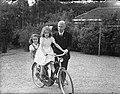 Minister L.J.M. Beel met dochters op de fiets bij in zijn woonhuis te Wassenaar, Bestanddeelnr 901-8363.jpg