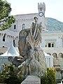 Monument devant palais princier.JPG