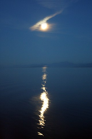 By Tony Hisgett from Birmingham, UK (Moon on the water  Uploaded by tm) [CC-BY-2.0 (http://creativecommons.org/licenses/by/2.0)], via Wikimedia Commons