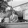 Moshe Sharett, de eerste minister van buitenlandse zaken van de staat Israel, tussen andere personen met op de achtergrond de Israelische vlag. 1 januari 1948.jpg