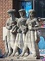 Nijmegen - Beeldengroep (symbool voor de snelheid, de veiligheid en het dienstbetoon van het spoorwegverkeer) van Jo Uiterwaal voor het Centraal Station.jpg
