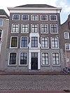 Rechthoekig pand van parterre met drie verdiepingen en schilddak