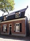 foto van Eenvoudig huisje met zadeldak
