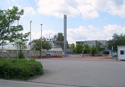 Olching, Gymnasium Gesamtansicht vom Haupteingang.jpg