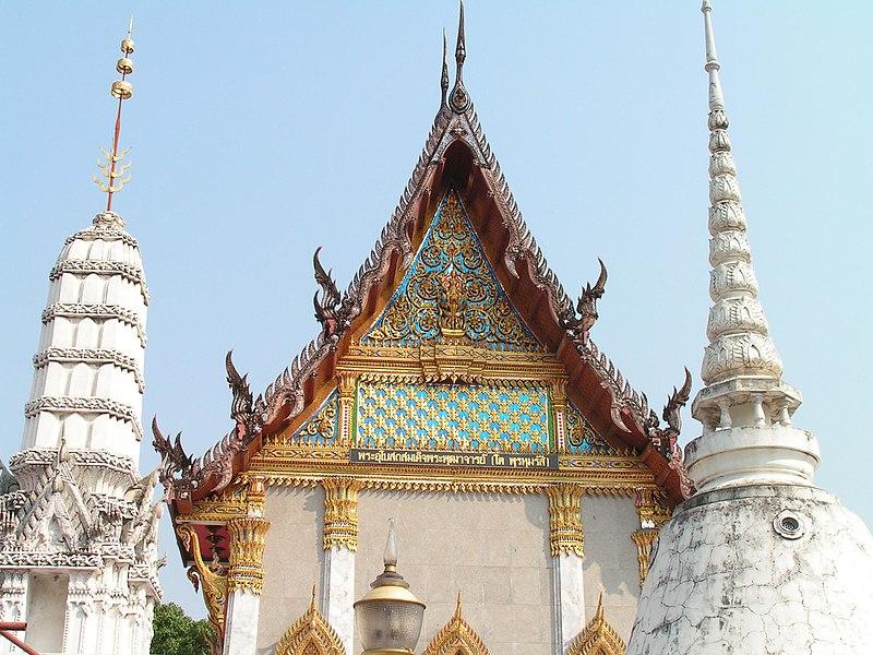 File:Ordination hall of Wat Intharawihan Bangkok.jpg
