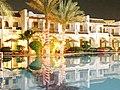 Osvětlený hotel Dive Inn - panoramio.jpg