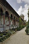 overzicht begraafplaats met arcade met grafkelders en byzantijnse koepel -