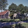 Overzicht van de voorgevel en de linker zijgevel van de boerderij met een gedeelte van de schuur - 's-Heer Arendskerke - 20380990 - RCE.jpg