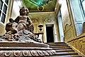 P1160972 (1) Lo scalone di ingresso con in primo piano una scultura barocca.jpg