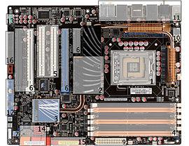 Scheda madre di un PC con tutti i componenti connessi