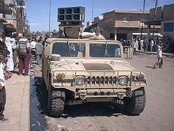 Des soldats américains diffusent un message par haut-parleur et distribuent des prospectus dans le cadre d'une opération psychologique à Al Kut en Irak, le 2 mai 2003