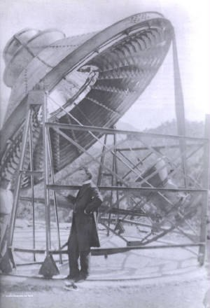 Manuel António Gomes - Gomes in front of his pyreliophorus in 1900