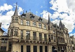 Vooraanzicht van het Groothertogelijk Paleis