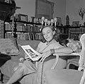Paulette Goddard in de woonkamer van de villa in Porto Ronco met een boekje, Bestanddeelnr 254-4748.jpg