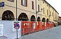 Pieve di Cento tre mesi dopo il terremoto, case sulla Piazza Andrea Costa. - panoramio.jpg
