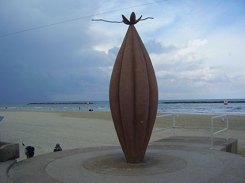 """הפסל """"מעבר לתחום"""" בטיילת תל אביב"""