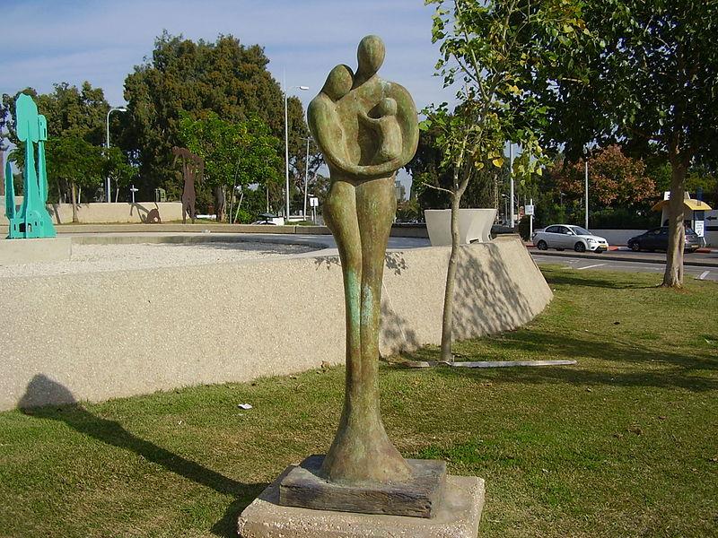 """""""משפחה"""" בגן הפסלים בתל השומר"""