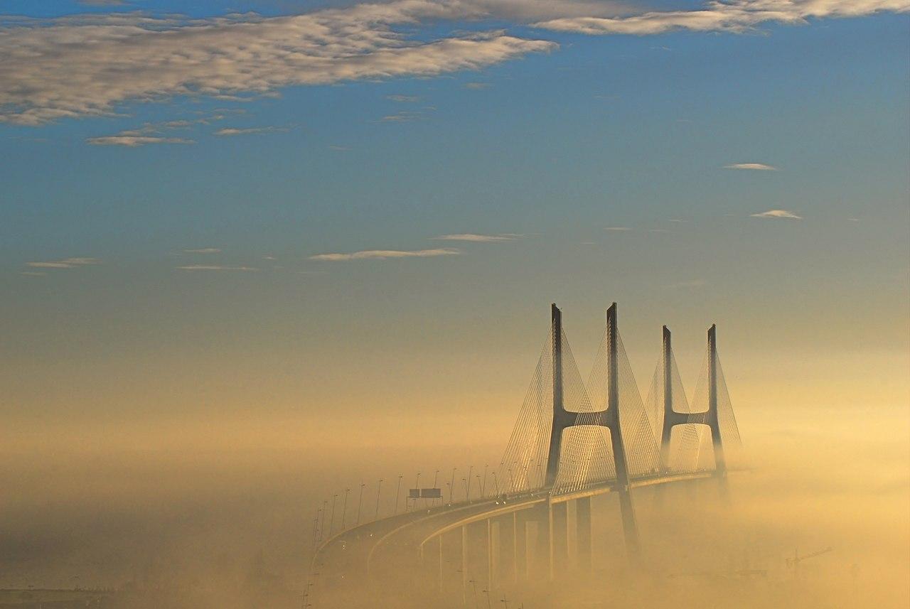 Le pont Vasco da Gama dans la brume, à Lisbonne.  (définition réelle 3516×2353)