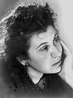 Portretfoto van Etty Hillesum met hand onder haar kin, circa 1940