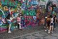 Praha-turisté-u-Lennonovy-zdi2019c.jpg