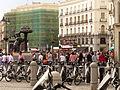 Puerta del Sol, el Oso y el madroño, bicis y motos, Madrid, España, 2015.JPG