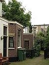 Blok van vier rug-aan-rug gebouwde woningen op vierkante plattegrond, bestaande uit begane grond en verdieping onder een plat dak