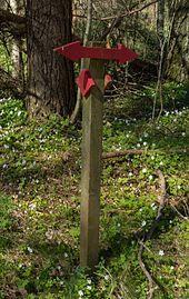 Red hiking sign in Gullmarsskogen.jpg