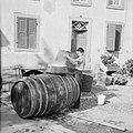 Reinigen van wijnvaten met heet water, Bestanddeelnr 254-4127.jpg