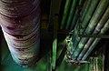 Rohrleitungen unter einer Brücke.jpg