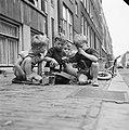 Rotterdamse jongetjes spelen op straat, Bestanddeelnr 912-8041.jpg