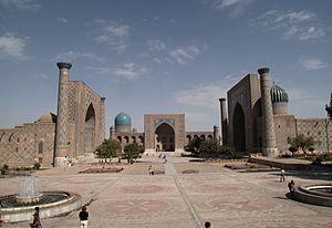 Plaza del Registán en Samarcanda con el conjunto de tres madrasas.