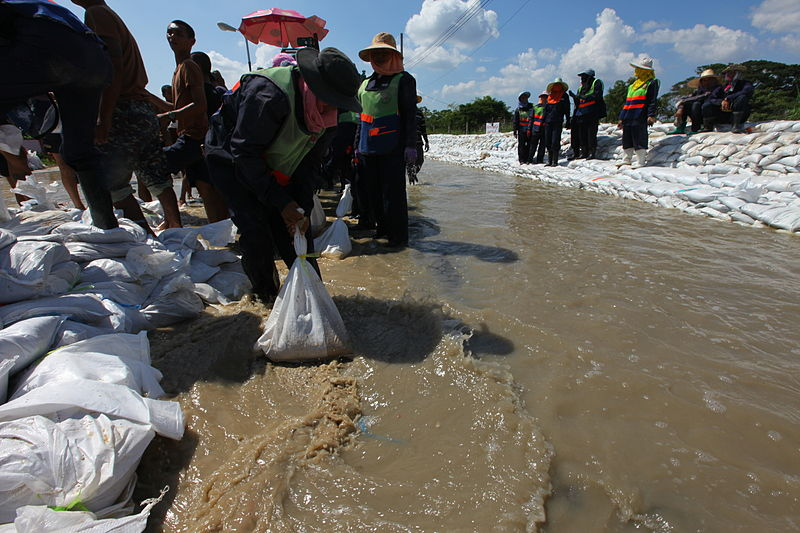 File:Sandbagging in Sai Mai, Bangkok, during 2011 floods.jpg