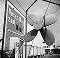 Scheepsschroef bij de ingang van de scheepvaarttentoonstelling Unser Weg zum Mee, Bestanddeelnr 254-1246.jpg