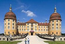 Jagdschloss Moritzburg – Ansicht von Süden (Hauptportal) (Quelle: Wikimedia)