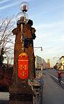 Schnewlinbrücke über die Dreisam und B 31a in Freiburg mit Laternenträger aus hellem Sandstein 2.jpg